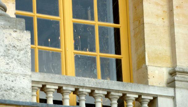 Galleria degli Specchi: strane luci accese