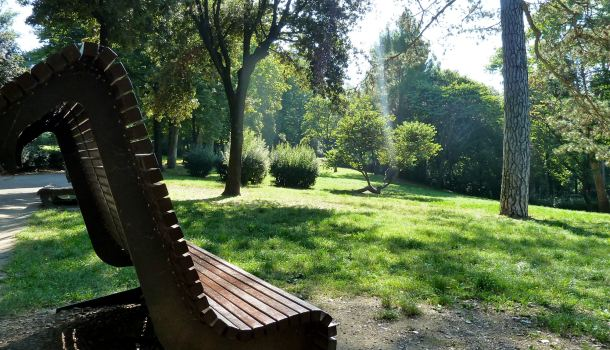 Panchina e parco di villa strozzi