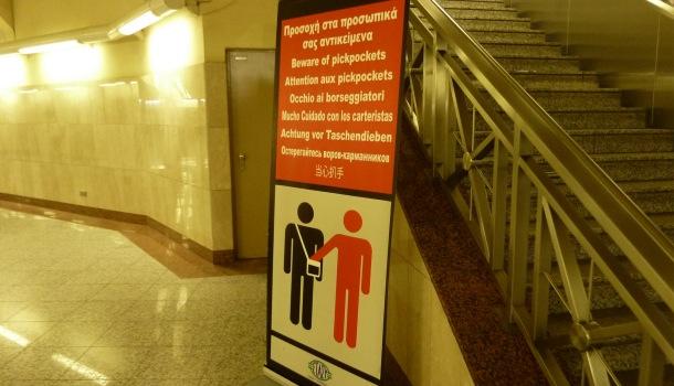 avviso anti borseggiatori metro di atene