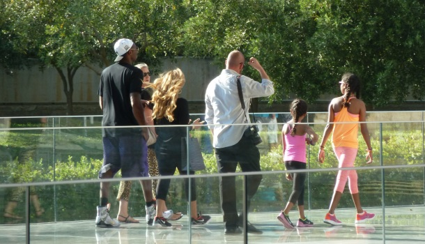 Kobe Bryant al museo dell'acropoli di Atene