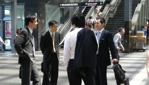 uomini d'affari a kyoto station