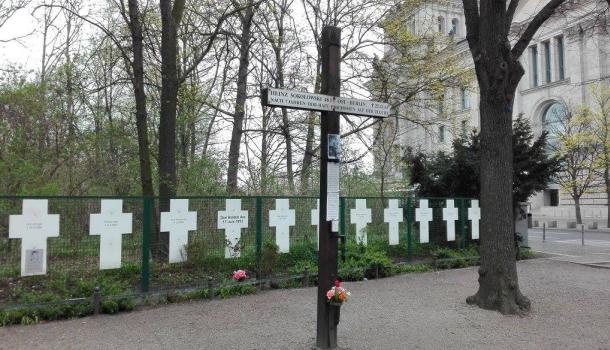 croci per chi è morto scavalcando il muro di berlino