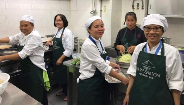 Lan e le cuoche di Com Saigon con Madame Suong