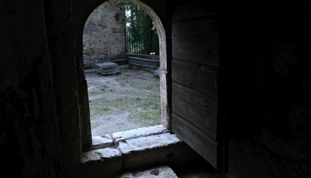 ingresso alla cripta del tempietto del clitunno