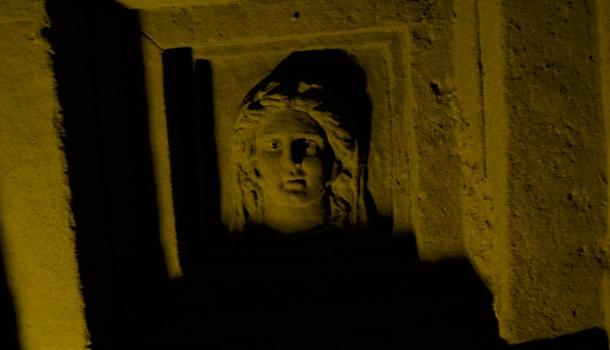 volto femminile in rilievo nell'ipogeo dei volumni